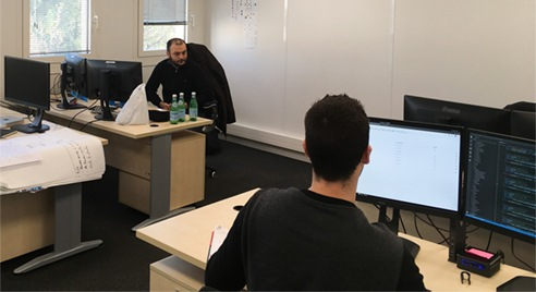 l'environnement de travail des développeurs Attestis : sympa, studieux et avec du matériel au top - si tu es candidat au recrutement consulte notre offre d'emploi ou notre offre de stage